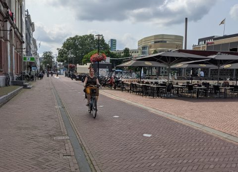 Fietser op fietspad in Arnhem