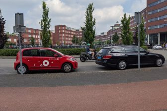 Greenwheels, taxi en scooter op rontonde in Amersfoort